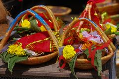 加德满都,尼泊尔- 2017年9月04日:关闭食物、果子和花的供奉在篮子里面在户外 免版税库存照片
