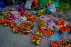 加德满都,尼泊尔- 2017年9月04日:关闭食物、果子和花的供奉在篮子里面在户外 图库摄影