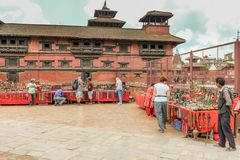 加德满都,尼泊尔- 2016年11月03日:参观街道义卖市场的游人在Durbar广场, Basantapur,加德满都,尼泊尔 免版税库存图片
