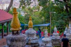加德满都,尼泊尔2017年10月15日:在一个扔石头的结构的选择聚焦在加德满都市 亦称它是猴子 免版税库存图片