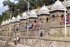 加德满都,尼泊尔- 2016年11月03日:在巴格马蒂河附近的人们Pashupatinath寺庙的,加德满都,尼泊尔 免版税库存照片