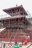 加德满都,尼泊尔- 2016年11月03日:在整修下的寺庙在破坏性地震2015年以后 免版税库存照片