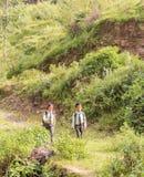 加德满都,尼泊尔- 2016年11月04日:在校服的尼泊尔孩子走在一个村庄的在加德满都,尼泊尔 库存图片