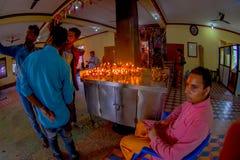加德满都,尼泊尔- 2017年9月04日:在的一个大厦里面的未认出的人与在一张金属桌的一些香火 库存图片