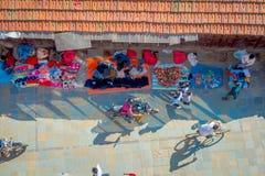 加德满都,尼泊尔2017年10月15日:在走在有五颜六色的一条繁忙的购物街道的观点的未认出的人民上 免版税库存照片