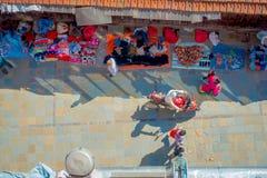 加德满都,尼泊尔2017年10月15日:在走在有五颜六色的一条繁忙的购物街道的观点的未认出的人民上 免版税库存图片