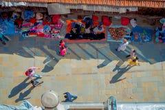加德满都,尼泊尔2017年10月15日:在走在有五颜六色的一条繁忙的购物街道的观点的未认出的人民上 库存照片