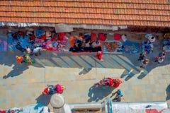 加德满都,尼泊尔2017年10月15日:在走在有五颜六色的一条繁忙的购物街道的观点的未认出的人民上 图库摄影
