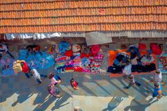 加德满都,尼泊尔2017年10月15日:在走在有五颜六色的一条繁忙的购物街道的观点的未认出的人民上 免版税图库摄影