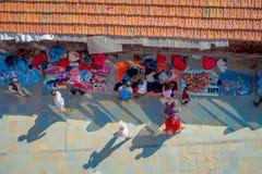 加德满都,尼泊尔2017年10月15日:在走在有五颜六色的一条繁忙的购物街道的观点的未认出的人民上 库存图片