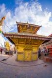 加德满都,尼泊尔2017年10月15日:在Bodhnath Stupa的美丽的金黄大厦在加德满都,美丽的蓝天的 免版税库存照片