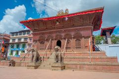 加德满都,尼泊尔2017年10月15日:在Durbar寺庙的输入的两头巨大的扔石头的狮子在老印地安人附近摆正 免版税库存照片