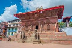 加德满都,尼泊尔2017年10月15日:在Durbar寺庙的输入的两头巨大的扔石头的狮子在老印地安人附近摆正 图库摄影