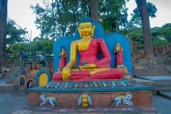 加德满都,尼泊尔2017年10月15日:在Swayambhu Swayambhunath寺庙的扔石头的雕象和祷告旗子在加德满都,尼泊尔 免版税库存图片