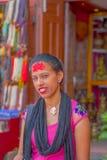 加德满都,尼泊尔2017年10月15日:妇女画象传统礼服的有米红色片断的在她的前额的,  免版税图库摄影