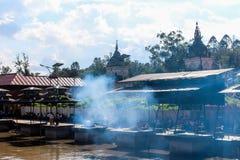 加德满都,尼泊尔- 2016年11月02日:对火葬仪式的准备沿Pashupatinath寺庙的圣洁巴格马蒂河 免版税库存照片