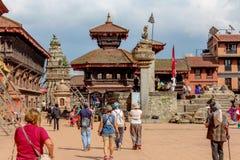 加德满都,尼泊尔- 2016年11月04日:尼泊尔人民和游人在Durbar广场,加德满都,尼泊尔 图库摄影