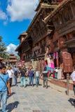 加德满都,尼泊尔- 2016年11月02日:尼泊尔人民走在加德满都街道的,尼泊尔 免版税库存照片