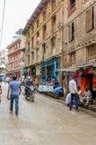 加德满都,尼泊尔- 2016年11月02日:尼泊尔在加德满都街道的人民乘坐的摩托车,尼泊尔 免版税库存图片