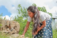 加德满都,尼泊尔- 2016年11月04日:尼泊尔妇女工作在村庄的,尼泊尔 免版税库存图片