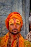 加德满都,尼泊尔2017年10月15日:年轻Shaiva sadhu, Pashupatinath寺庙的圣洁者画象有被绘的面孔的 免版税库存照片