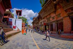 加德满都,尼泊尔2017年10月15日:未认出人走愉快在镇围拢的街道老 免版税图库摄影