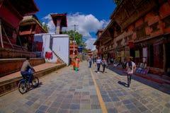 加德满都,尼泊尔2017年10月15日:未认出人走愉快在镇围拢的街道老 库存照片