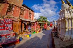 加德满都,尼泊尔2017年10月15日:未认出的人在杂货店上街市接近Bodhnath Stupa的 库存图片