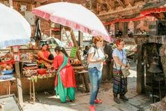 加德满都,尼泊尔- 2016年11月02日:游人在街道义卖市场在Bhaktapur Durbar广场, Basantapur,加德满都,尼泊尔 免版税库存图片