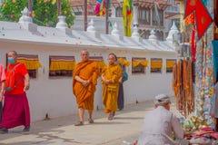 加德满都,尼泊尔2017年10月15日:穿典型的衣裳的未认出的修士走在户外近Boudhanath 图库摄影