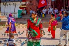 加德满都,尼泊尔2017年10月15日:穿典型的衣裳的未认出的尼泊尔妇女摆在为照相机,在Durbar 免版税库存照片