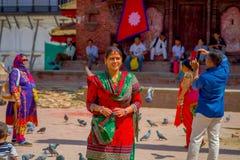 加德满都,尼泊尔2017年10月15日:穿典型的衣裳的未认出的尼泊尔妇女摆在为照相机,在Durbar 免版税库存图片
