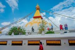 加德满都,尼泊尔2017年10月15日:联合国科教文组织遗产纪念碑Boudhanath stupa和它五颜六色的旗子在与bue的白天 免版税库存图片