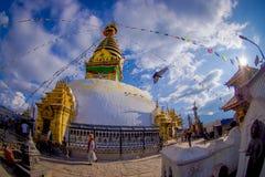 加德满都,尼泊尔2017年10月15日:菩萨的眼睛Bodhnath的Stupa在加德满都,尼泊尔,白点作用 免版税库存图片
