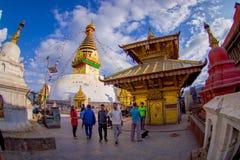 加德满都,尼泊尔2017年10月15日:走接近有菩萨的眼睛的一个寺庙的未认出的人民Bodhnath的 库存照片