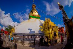 加德满都,尼泊尔2017年10月15日:走接近Bodhnath Stupa的未认出的人民在加德满都,美丽的 库存图片