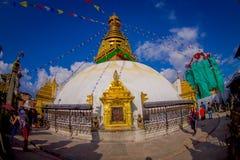 加德满都,尼泊尔2017年10月15日:走接近Bodhnath Stupa的未认出的人民在加德满都,美丽的 免版税库存照片