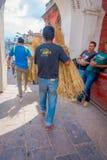 加德满都,尼泊尔2017年10月15日:运载在他的手麦子秸杆的未认出的人对宗教灼烧的仪式在 免版税库存照片