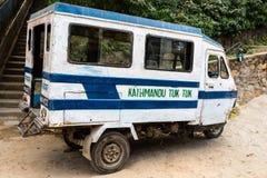 加德满都,尼泊尔- 2018年11月4日:马达在加德满都街道上的人力车或tuk-tuk停车处 单轮动力化的车 库存照片