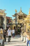 加德满都,尼泊尔- 2016年11月02日:Swayambhunath佛教寺庙的人们在一个晴天也告诉了Monkey Temple,尼泊尔 图库摄影