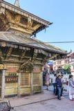 加德满都,尼泊尔- 2016年11月02日:Swayambhunath佛教寺庙的人们在一个晴天也告诉了Monkey Temple,尼泊尔 免版税库存图片