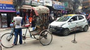 加德满都,尼泊尔- 2019年4月21日 街道场面-在长的等待的乘客的竞争 库存照片