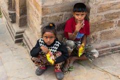 加德满都,尼泊尔- 10月16,2018:尼泊尔孩子坐和eatin 库存图片