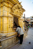 加德满都,尼泊尔- DEC 19日2010年:祈祷在Swayambhunath或猴子寺庙,加德满都,尼泊尔的妇女 寺庙被保护作为 库存照片