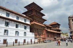 加德满都,尼泊尔,场面10月, 25,2012,尼泊尔:走在古老Durbar方形的近的老王宫的人们 免版税库存图片