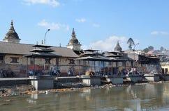 加德满都,尼泊尔, 2012年11月, 13日, Pashupatinath复合体,死者的火葬神圣的Bagmati河的河岸的 在S.格雷戈里奥阿尔梅诺,小儿床著名街道,有每个字符木偶一样著名象教皇弗朗西斯,对游人的吸引力 库存照片
