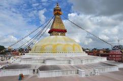加德满都,尼泊尔, 2012年10月, 26日 走在最大的佛教stupa附近的人们是Boudhanath (Bodnath) 库存照片