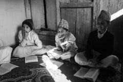 加德满都,尼泊尔-在文本期间读书的孩子在梵语的在Jagadguru学校 库存照片