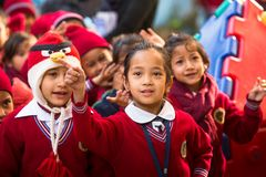 加德满都,尼泊尔-在舞蹈课期间的学生在小学 免版税库存图片