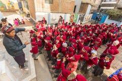 加德满都,尼泊尔-在舞蹈课期间的学生在小学 免版税图库摄影